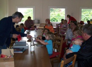 Autor Klaus Baumgart mit Kindern