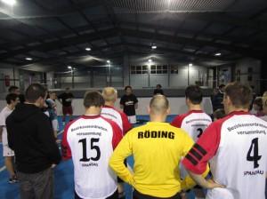 Die Mannschaft der BVV Spandau erhält letzte Instruktionen vor Turnierstart
