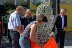 Skulptur von Schülern der Traven-Schule und der Künstlerin Gabriele Roßkamp für den Bibliothekshof