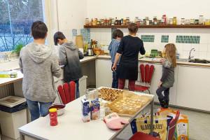 Weihnachtliches Backen in der Küche der Jugentheaterwerkstatt Spandau