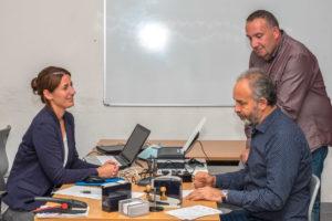 Mitarbeiterin des Bürgerbüros im Klubhaus Spandau Nicole Jantzen, mit Hakan Budak, dem Leiter des Klubhaus Spandau und Klaus Sareika, Referent des Stadtrats für Bürgerdienste (Foto: Ralf Salecker)